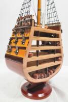 Handgefertigtes Schiffsmodell aus Holz der HMS Victory (Querschnitt)