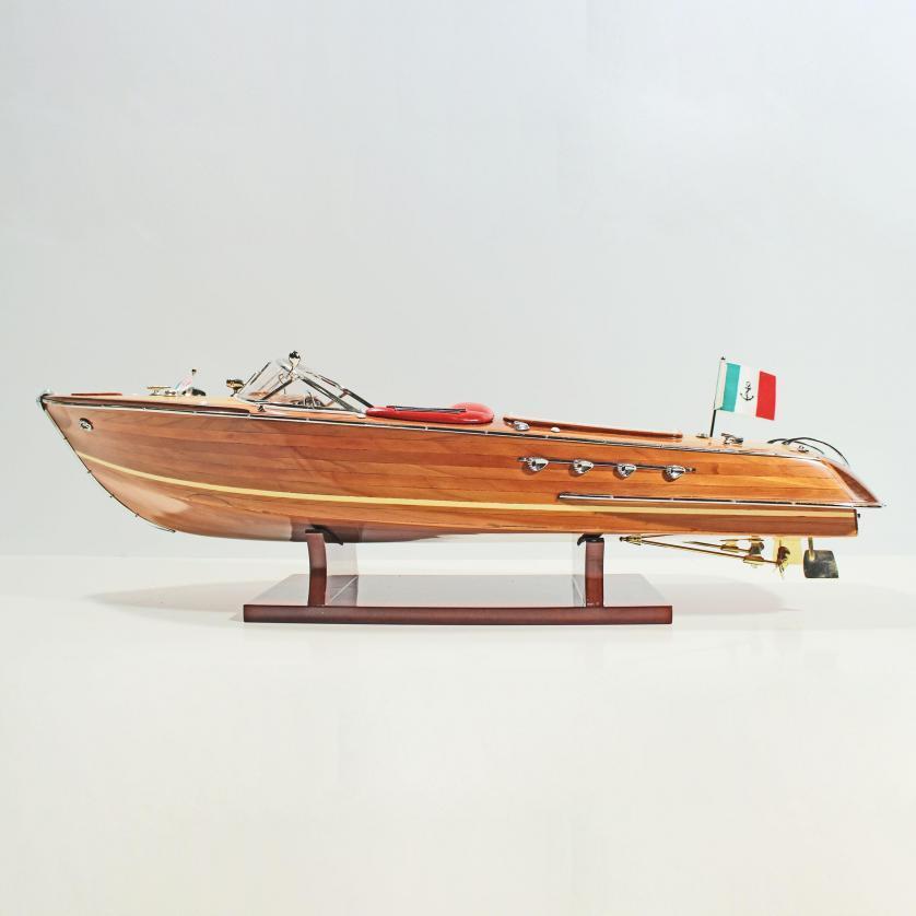 Handgefertigtes Schiffsmodell aus Holz der Riva Aquarama (rote sitze)