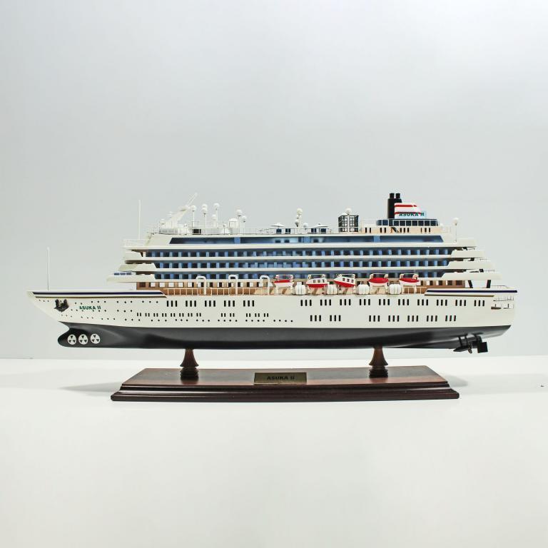 Handgefertigtes Schiffsmodell aus Holz der Asuka 2