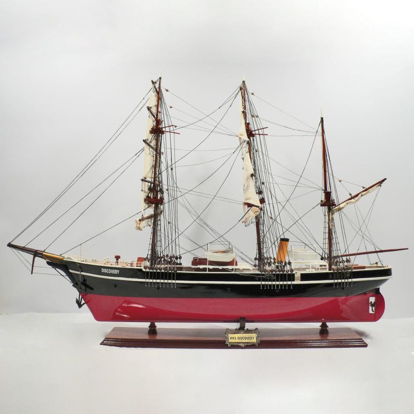 Modelo de barco hecho a mano de madera de la Discovery