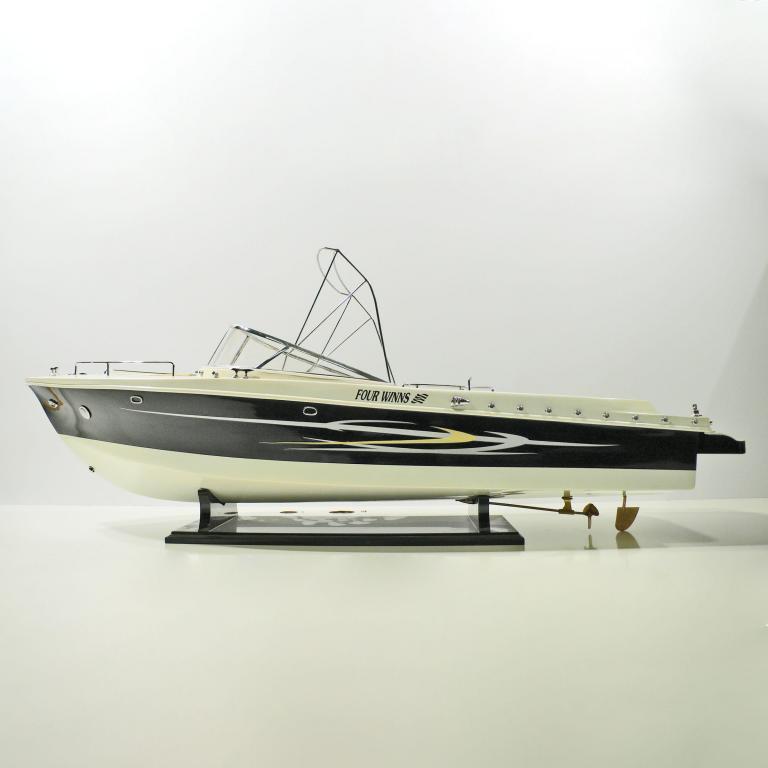 Handgefertigtes Schiffsmodell aus Holz der Four Winns