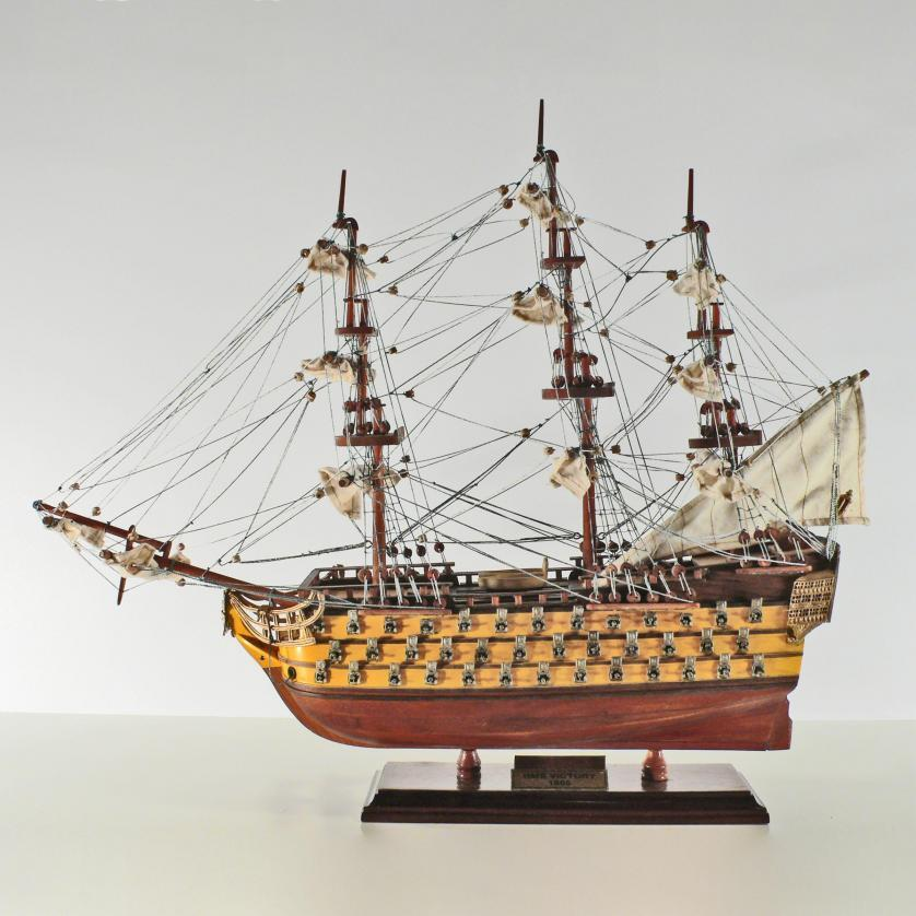 Handgefertigtes Schiffsmodell aus Holz der HMS Victory (45cm, gelb)