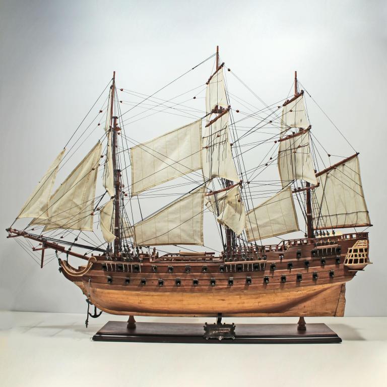 Modelo artesanal de barco de vela de la Le Superbe