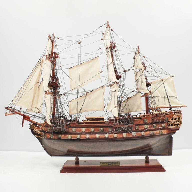Handgefertigtes Schiffsmodell aus Holz der Le Superbe