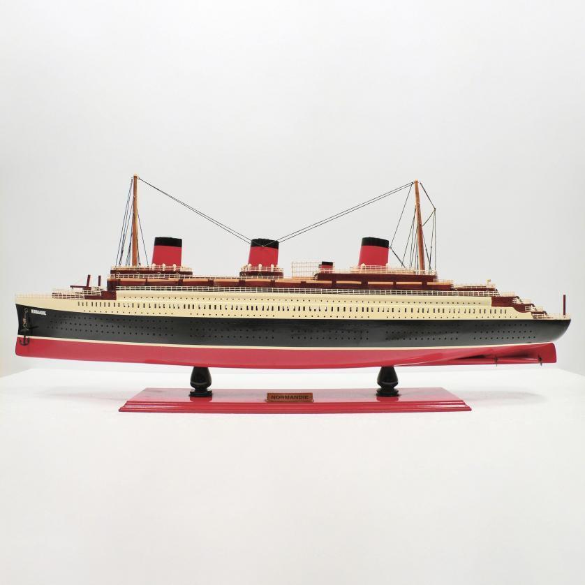 Handgefertigtes Schiffsmodell aus Holz der Normandie