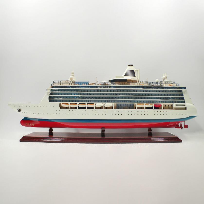 Handgefertigtes Schiffsmodell aus Holz der Serenda of the Seas